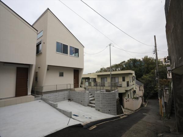 東急東横線、JR線菊名駅徒歩8分の立地。10月20日撮影