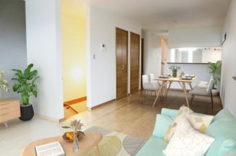 1号棟 リビング(配置してある家具はCGによるイメージです)ゆとりあるキッチンスペースを備えるリビングは家族が1番くつろげる癒しの空間。