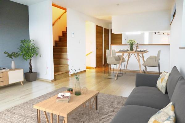 2号棟 リビング(配置してある家具はCGによるイメージです) ゆとりあるキッチンスペースを備えるリビングは家族が1番くつろげる癒しの空間。