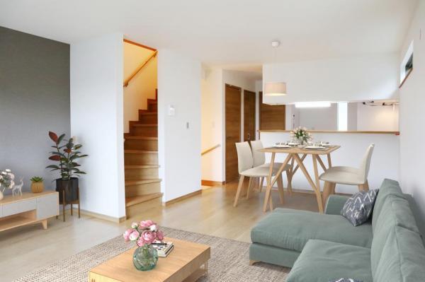 3号棟 リビング(配置してある家具はCGによるイメージです) ゆとりあるキッチンスペースを備えるリビングは家族が1番くつろげる癒しの空間。