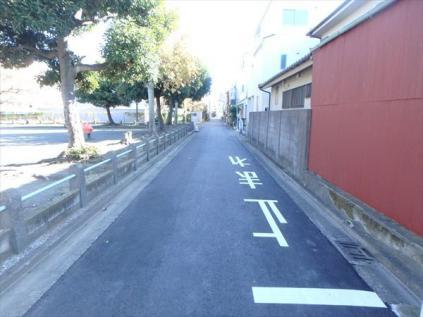 前面道路は車通りの少ない道です。小さなお子様も安心してお過ごしいただけます。
